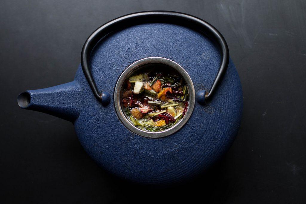 Hierbas, fruta verde y vaso personalizado, aliados de tu dieta detox