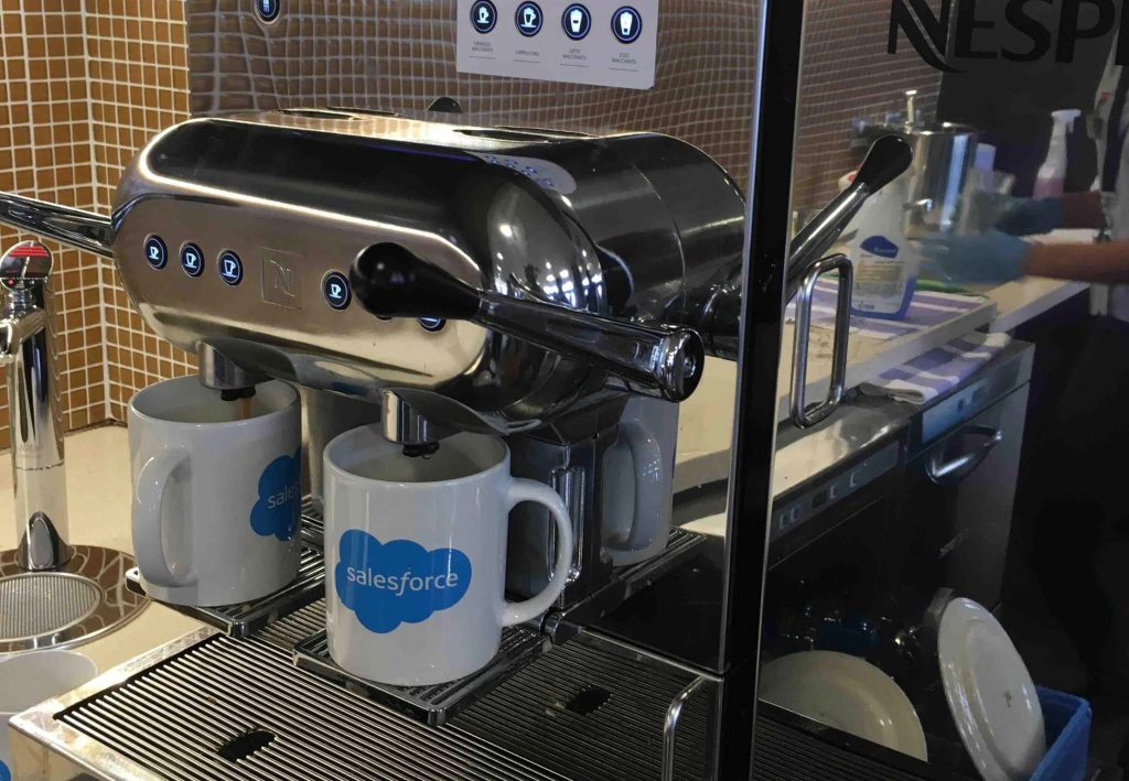 Taza Salesforce: el triunfo del merchandising corporativo
