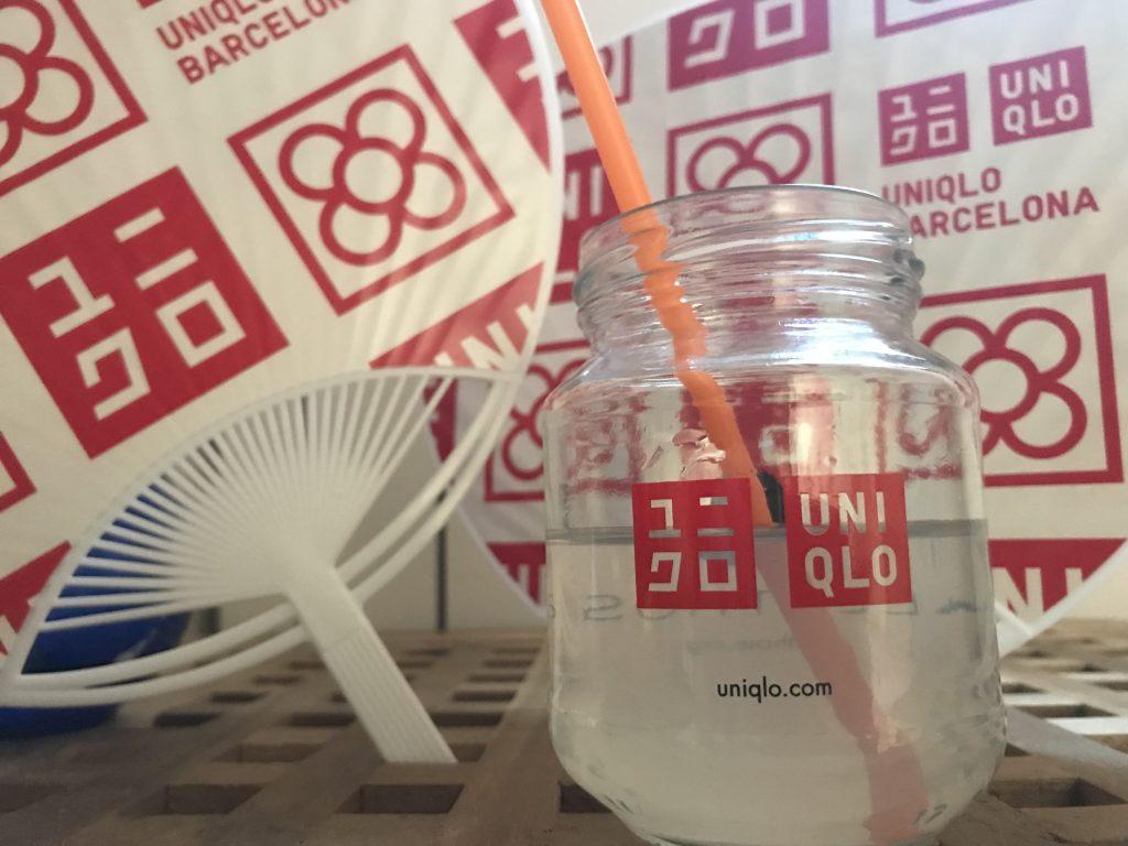 Los vasos personalizados Uniqlo, clave en su campaña de lanzamiento en Barcelona