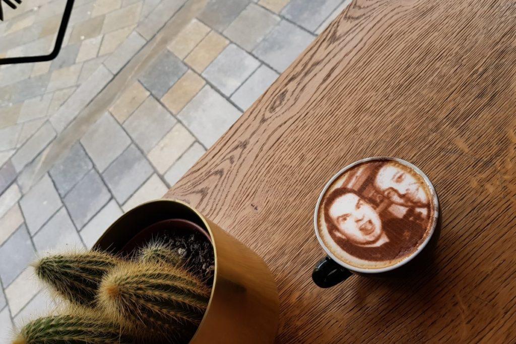 El selfieccino, la moda que lleva la personalización del café a otro nivel