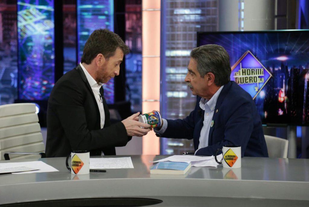 Tazas personalizadas para hacer marca en Lates shows como El Hormiguero