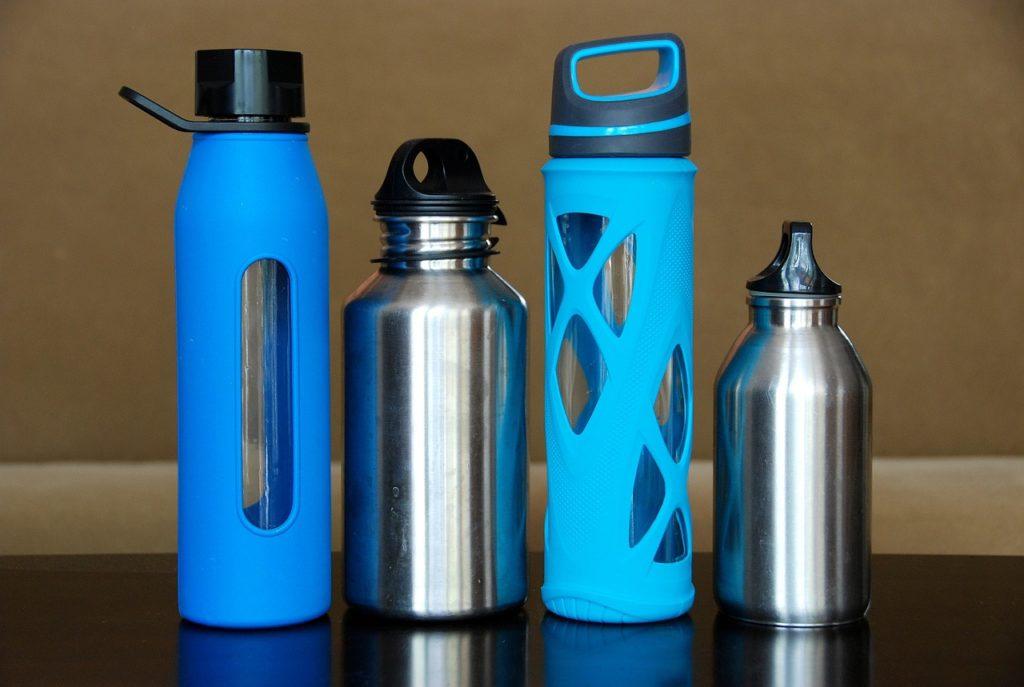 Los materiales de las botellas personalizadas son muy útiles en el entorno escolar.