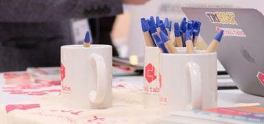 Tazas publicitarias para escritorio y otros regalos
